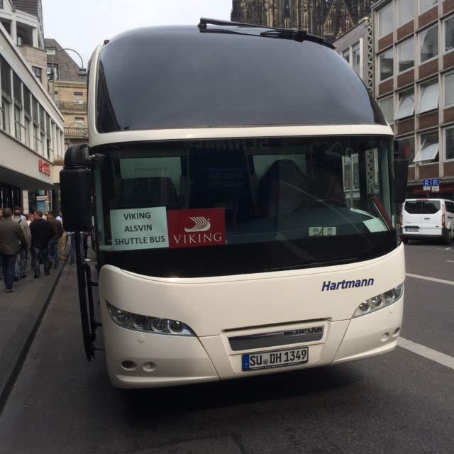 autobus mit schild im auftrag viking vor dem kölner dom