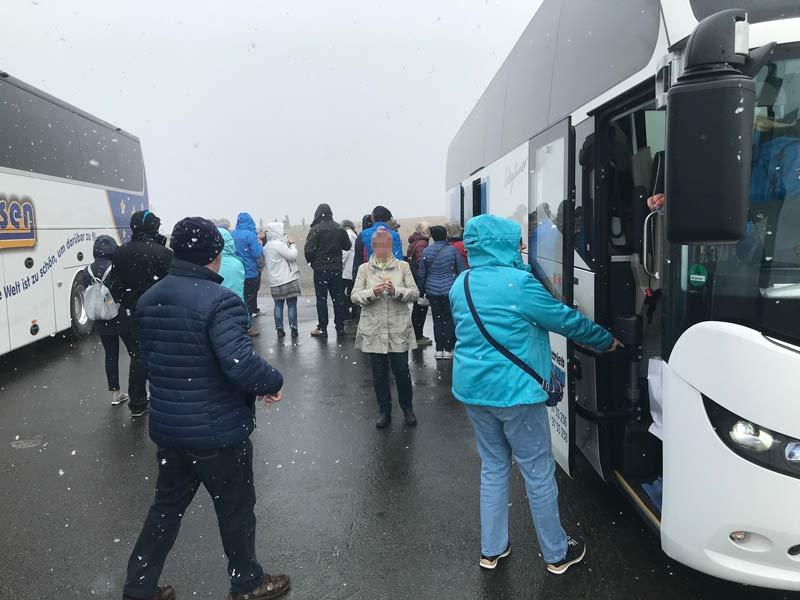 gaester steigen vor der nordkaphalle in den bus