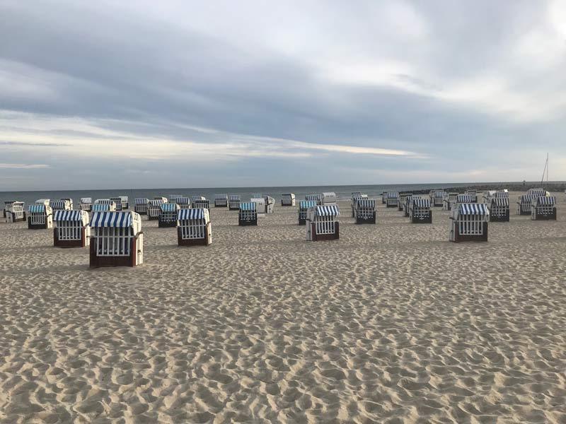 strand in kuehlungsborn mit strandkoerben