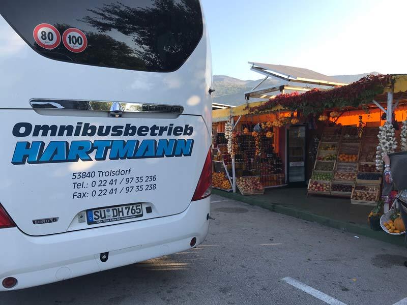 kroatien bus vor obst-staenden